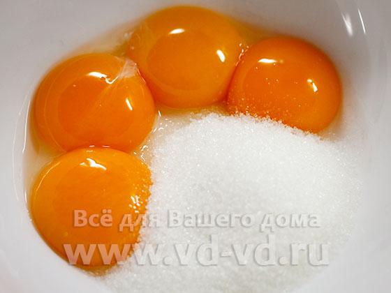 Яичные желтки и сахар