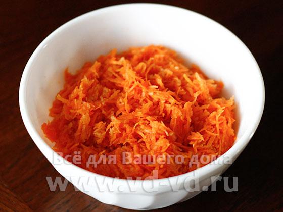 салат из яблока и моркови готов