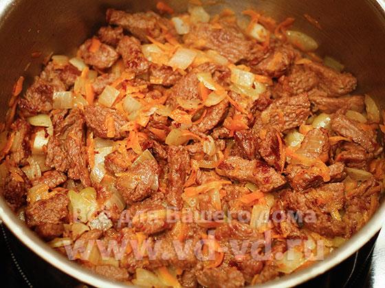 говядина, лук, морковь обжарены для азу