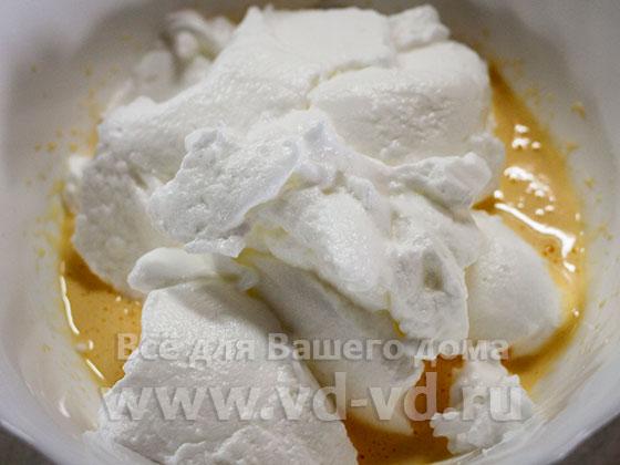 Яичные желтки и взбитый белок