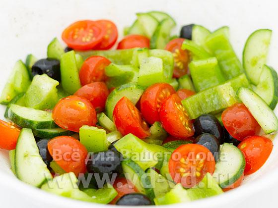 Заправленные овощи для греческого салата