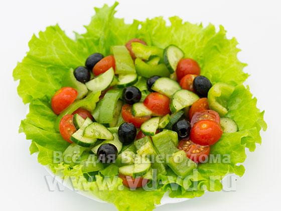 Выложенные овощи для салата