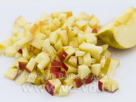Яблоко нарезано кубиками