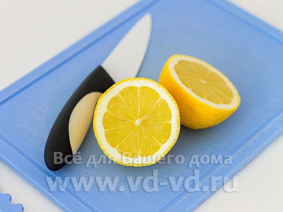 Лимон разрезан пополам