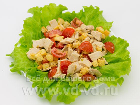Заправленные ингредиенты для цезаря с курицей