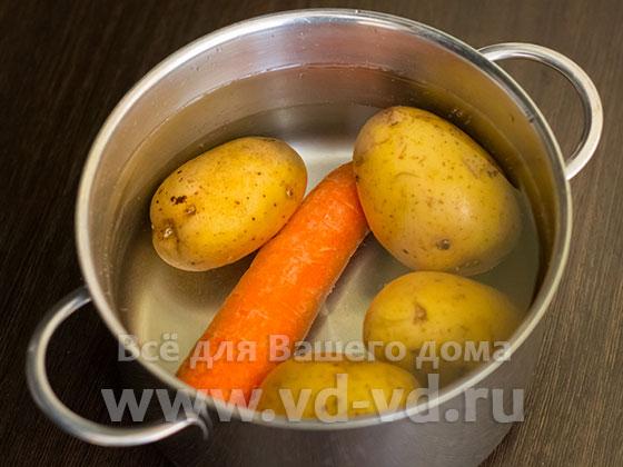 Картофель и морковь в кастрюле