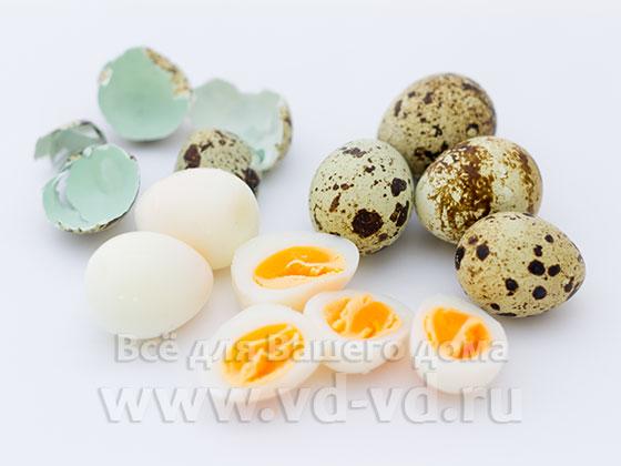 Яйца перепелиные нарезаны пополам