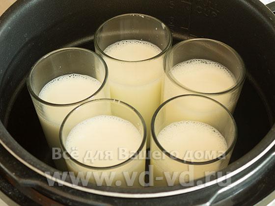 Стаканы с молоком для йогурта в мультиварке