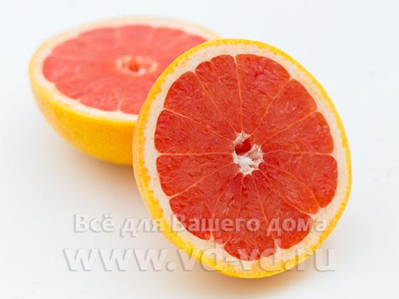 Грейпфруты разрезаны пополам
