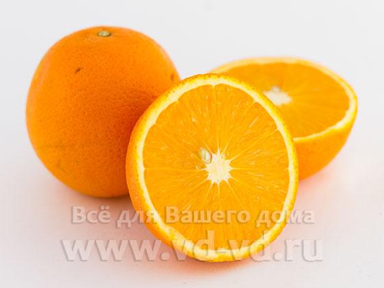 Апельсины нарезаны половинками