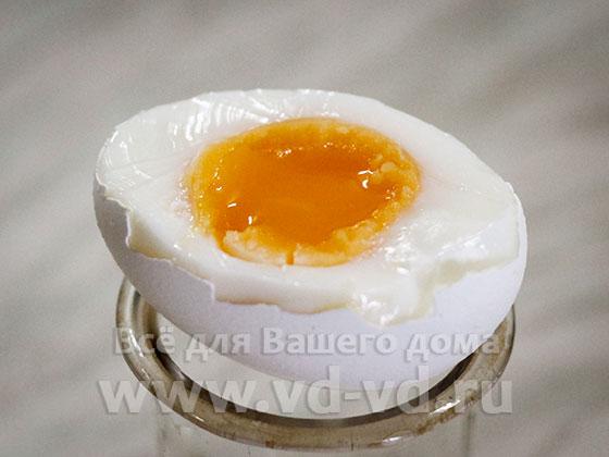 отваренное яйцо с не полностью сваренным желтком